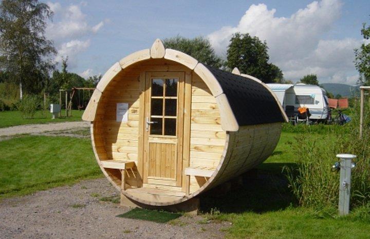 Auf dem Campingplatz Klingbachtal kann man in einem Weinfass übernachten