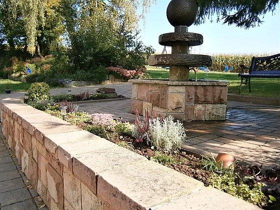 Außengelände mit Brunnen