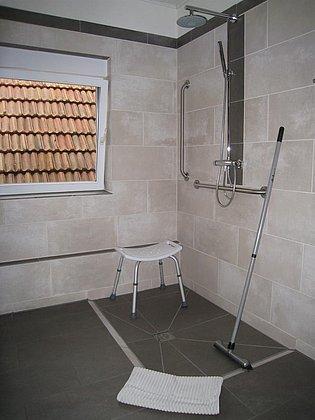ebenerdige Dusche mit Duschstuhl