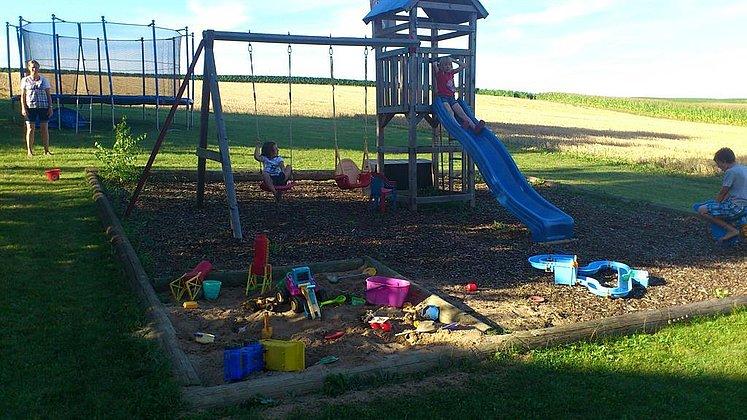 Großer Spielplatz mit Trampolin