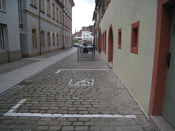 öffentlicher Behindertenparkplatz