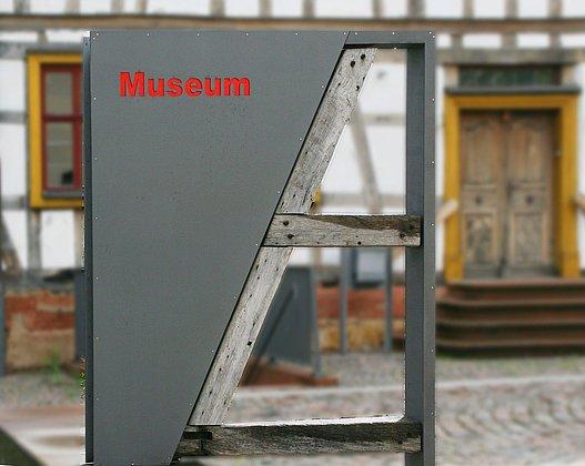 Museum und Stelenreihe im Museumshof 2