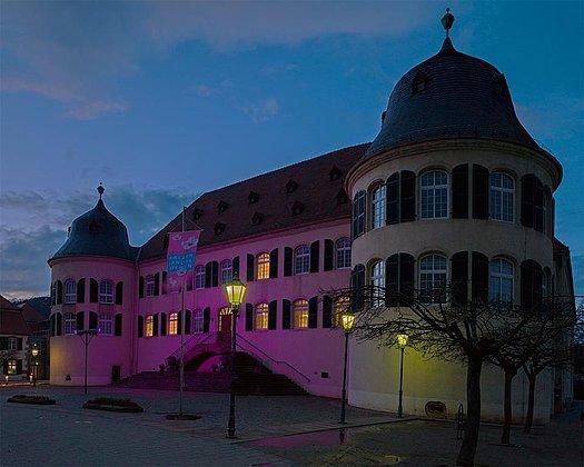 rosa Leuchten am Schloss