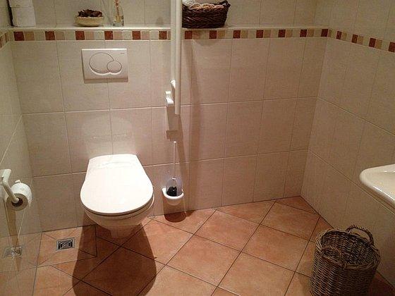 Toilette mit Haltegriff und Freifläche