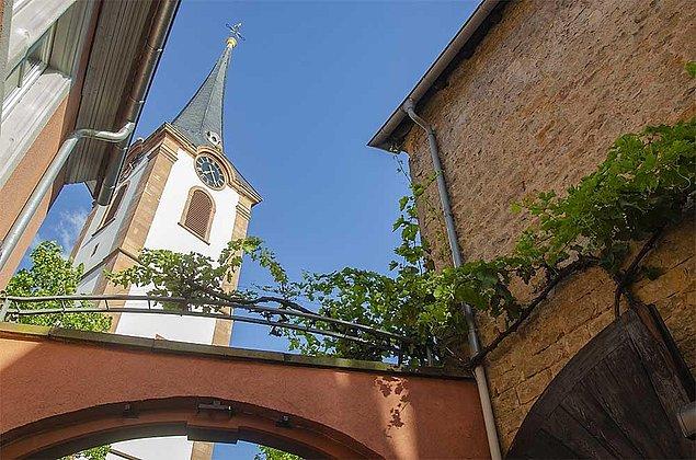 Blick auf Kirchturm vom Hof aus
