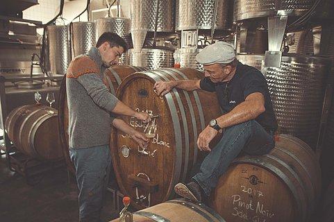 Benjamin und Reinhold Ehrhart im Weinkeller