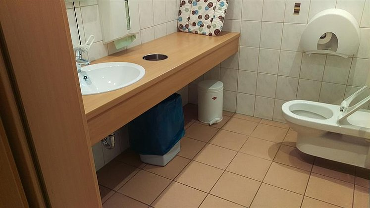 Bewegungsfläche neben Toilette
